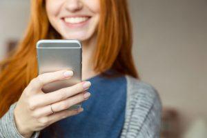 Gebruiker die de mobiel raadpleegt