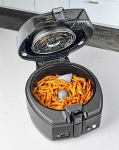 Gezonde chips in frituurpan zonder olie