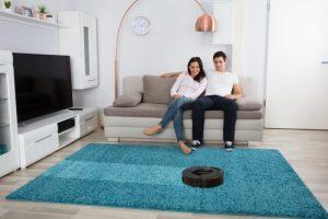 Stofzuiger op het tapijt van de woonkamer